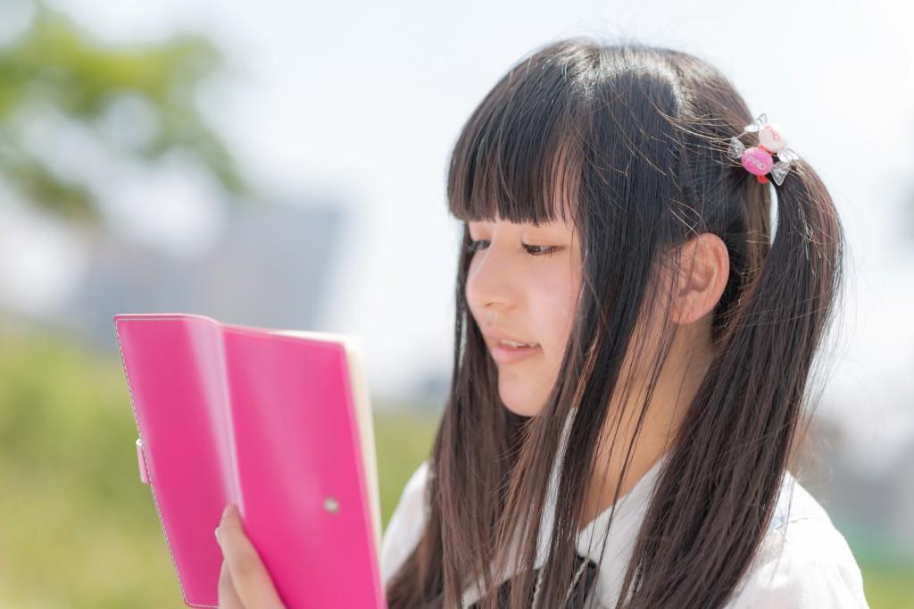本を読んでいる女子高校生