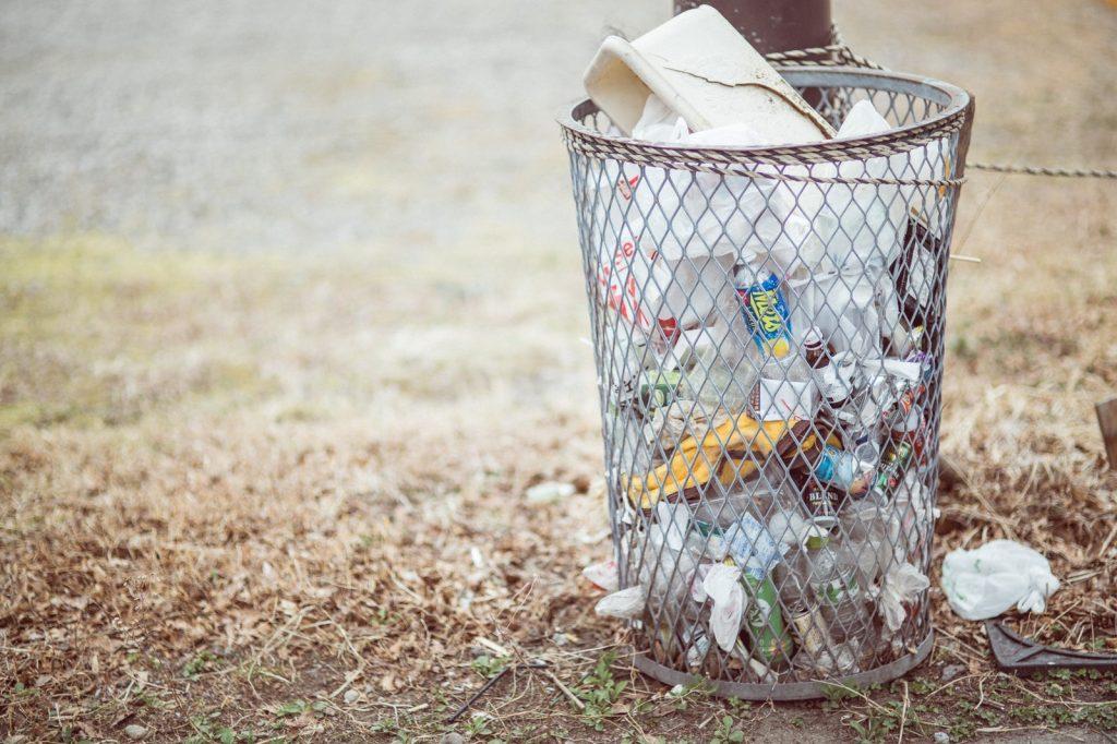 制服をゴミとして捨てる