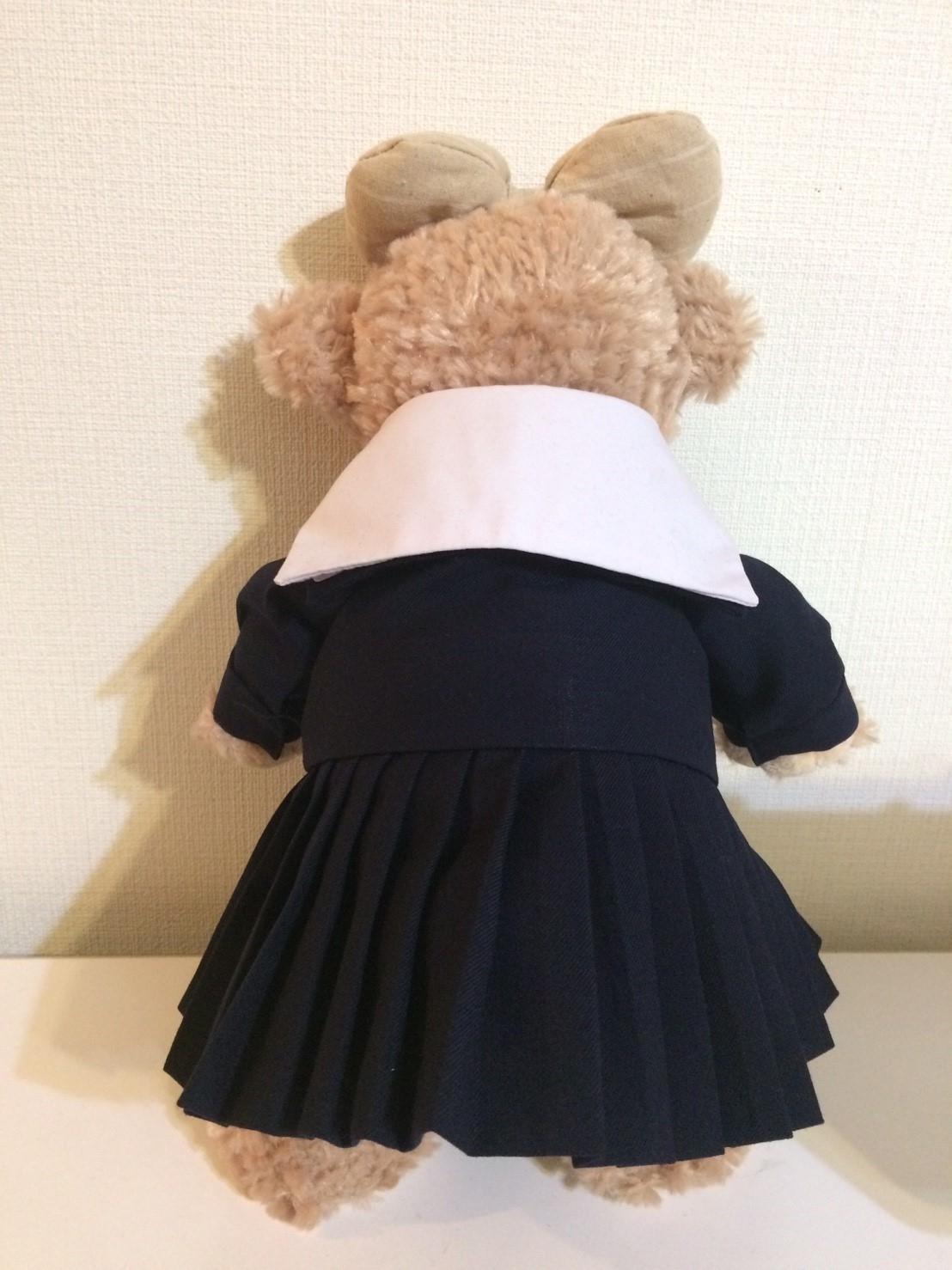 ミニチュアセーラー服を着たシェリーメイの後姿