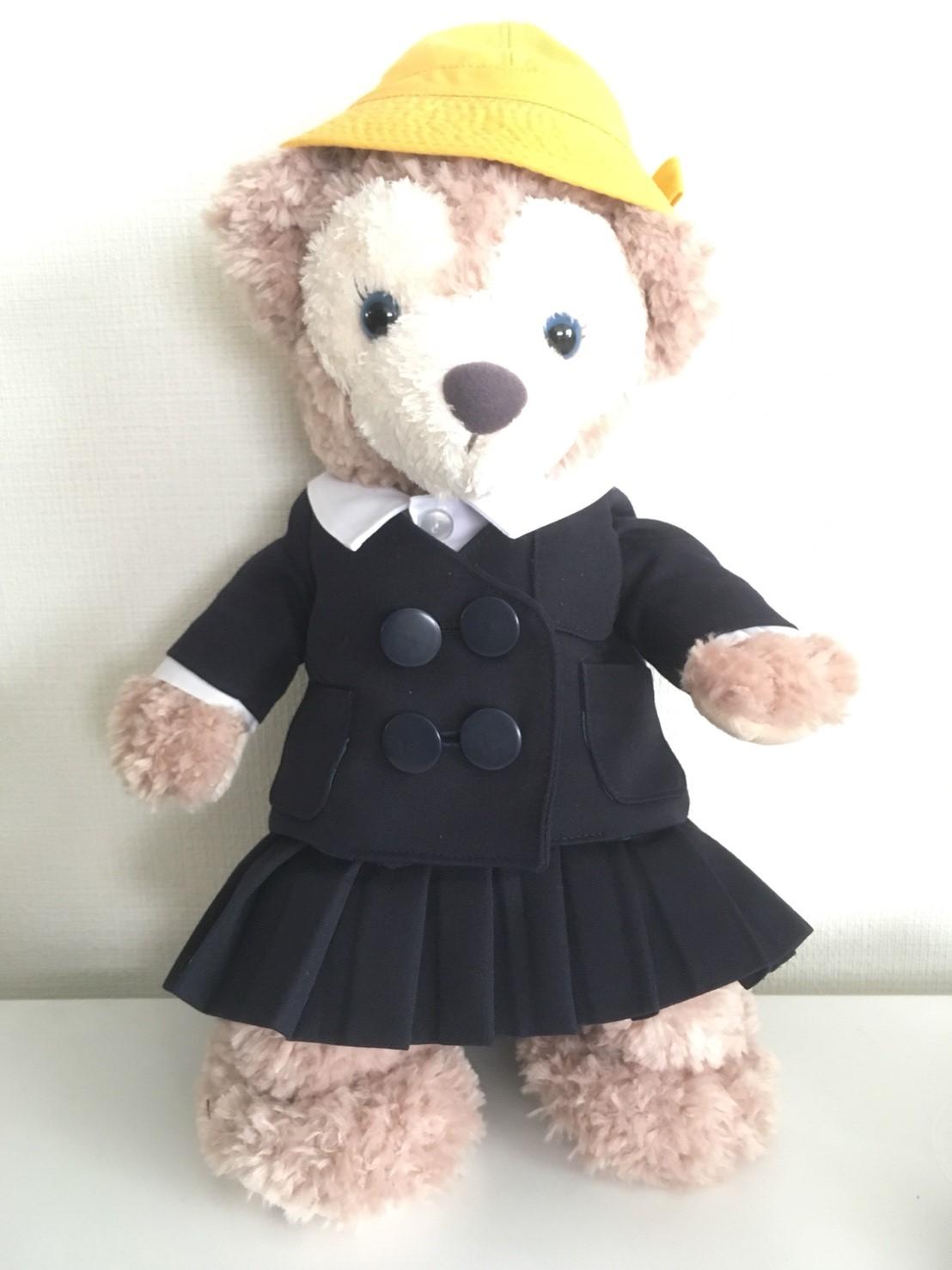 幼稚園のミニチュア制服を着たシェリーメイ